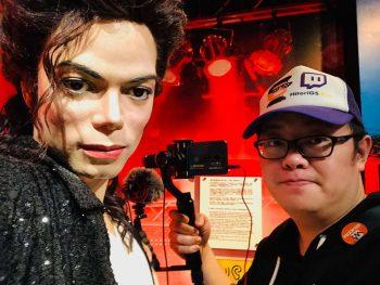 戶外直播與 Michael Jackson 蠟像合照